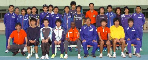 2010年5月3日延岡記録会を終えての旭化成陸上部メンバー 【ペースメーカーを勤めたギタウ選手(JFEスチール)も一緒に】